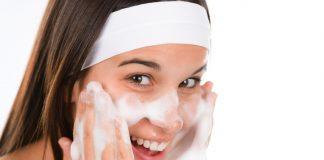 rữa mặt bằng sữa rữa mặt giúp da sạch và sáng hơn